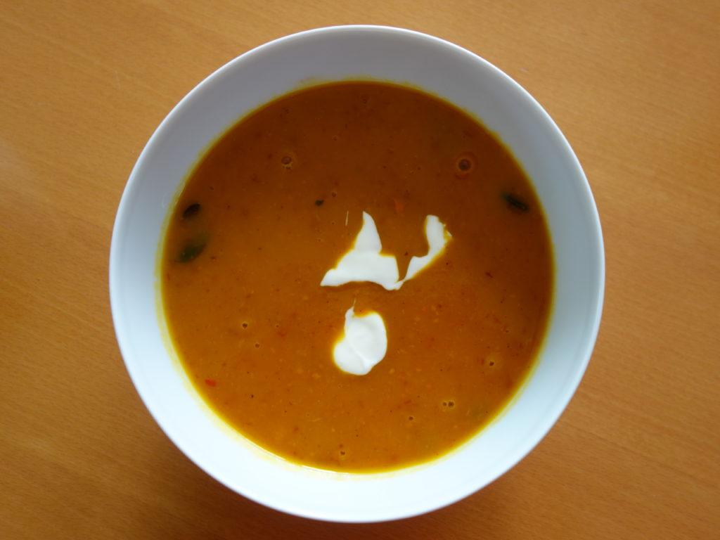 Kürbissuppe mit Schinkenwürfeln